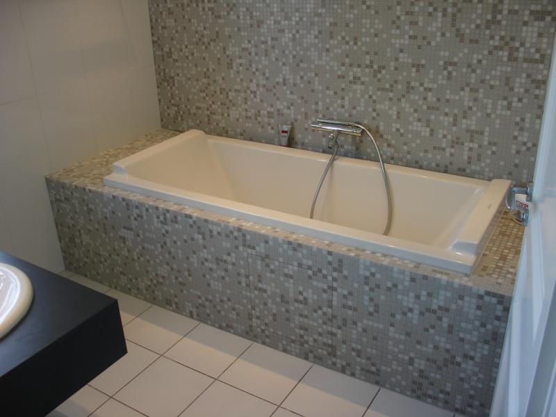 Entourage de baignoire maison design for Interouge salle de bain